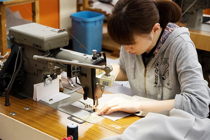 株式会社サッシュ求人情報『服作りを1から10まで。たった一枚のボトムを生み出す、たくさんの職人技。』