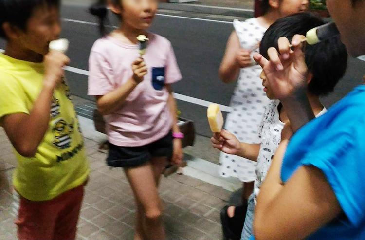 花輪ばやし アイスを食べる子供たち