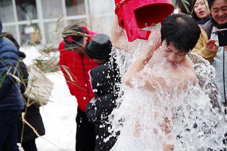 水をかぶる人