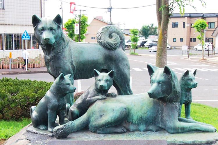秋田マタギ犬の銅像