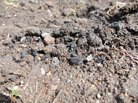 肥料と砕いた炭