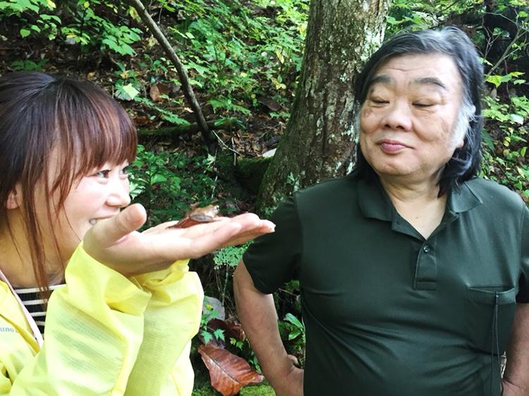 鹿角ライフ 黒澤正さん 手のひらの上のカエル
